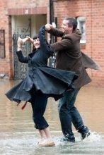 Casal a  dançar na rua